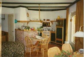 een oud grenen keuken met groen vermaakt naar een lichte keuken met ...